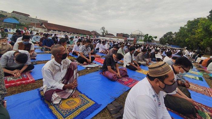 Salad Id di Lapangan Grendeng Purwokerto: Petugas Terus Ingatkan Jemaah agar Menjaga Jarak