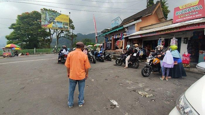Susana parkiran di objek wisata Baturraden yang mulai dipadati pengunjung, Minggu (29/8/2021).