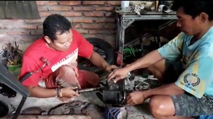 Penyandang disabilitas Semarang, Suwanto (40) sedang berkreasi di bengkel sepeda motor roda tiga di Kampung Jangli RT 08 RW 02, Candisari, Kota Semarang.