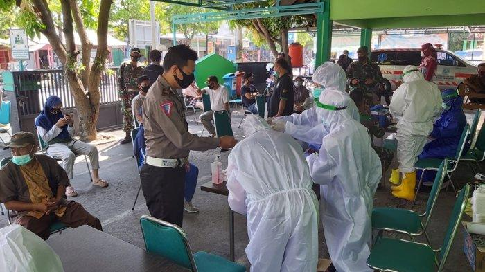 Panitia penyelenggara konser dangdut, termasuk petugas keamanan yang berjaga menjalani tes swab di Puskesmas Bandung, Kota Tegal, Sabtu (26/9/2020).