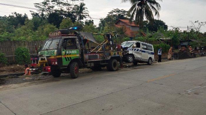 Ambulans Bawa Jenazah Trabrakan dengan Truk Tronton di Kemranjen Banyumas, Sopir Meninggal