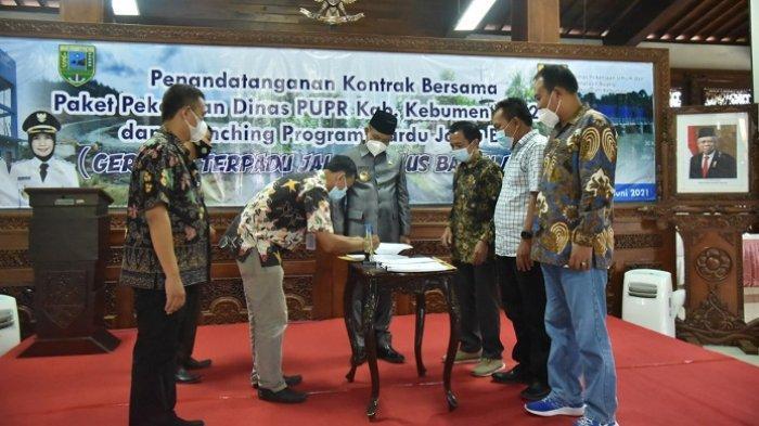 Teken Kontrak, Pelaksana Proyek Siap Bangun dan Perbaiki 17 Jalan serta Jembatan di Kebumen