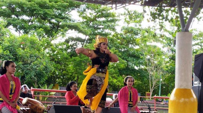 Pementasan Tari Lengger Banyumasan dalam Event Bersama Barlingmascakeb, di Balai Kemambang Purwokerto, Kabupaten Banyumas, Selasa (10/11/2020).