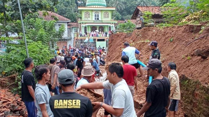 Tebing Setinggi Lima Meter Longsor di Ajibarang Banyumas, Akses Jalan Utama Sempat Tertutup