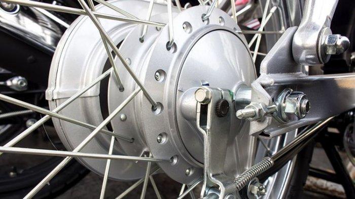 Kondisi Darurat Saat Berkendara, Harus Injak atau Tarik Tuas Rem Motor?