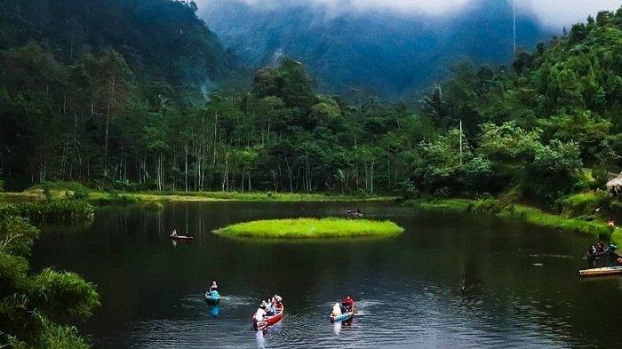Bersampan di Telaga Kumpe, Destinasi Wisata Menawan di Kaki Gunung Slamet Banyumas