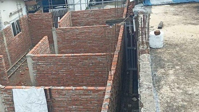 Tembok yang dibangun menutup akses tiga rumah warga di Desa Widodaren, Petarukan, Pemalang.