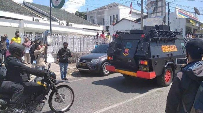 Pelaku Penusukan Syekh Ali Jaber Peragakan Rekonstruksi, Tiba di TKP Menumpang Mobil Gegana