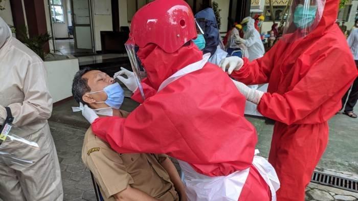 50 ASN di DLH Banyumas Jalani Tes Swab Massal setelah Seorang Pejabat Positif Covid-19