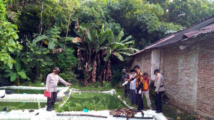 Polisi memeriksa lokasi meninggalnya warga yang ditemukan mengapung di kolam lele di Desa Kamulyan, Kecamatan Kuwarasan, Kabupaten Kebumen, Jumat (2/4/2021).