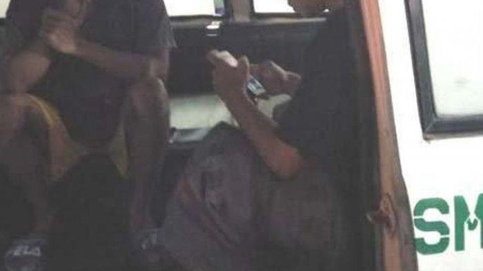 Dua Pemuda Kapok Tidak Kenakan Masker Setelah Dapat Hukuman Menaiki Ambulans