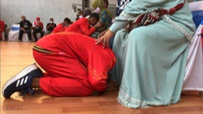 Minta Doa Restu, Atlet Muay Thai Jateng Cuci Kaki Orangtua sebelum Berangkat ke PON XX Papua