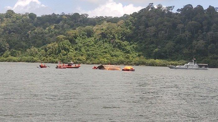 Saat Terbalik di Perairan Cilacap, Kapal Pengayom IV Membawa 2 Truk Bermuatan Pasir Bangunan