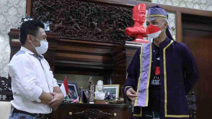 Ganjar Dapat Titipan Hadiah Baju Adat Tobelo di Semarang: Bagus Banget, Sesuai Ukuran Saya