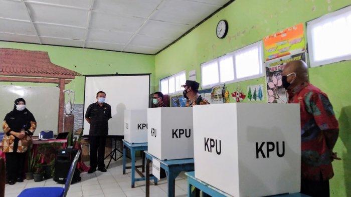 Pengecekan sarana dan prasarana protokol kesehatan di TPS 005 Darupono Kaliwungu Selatan oleh Satgas Covid-19 Kendal, Selasa (8/12/2020).