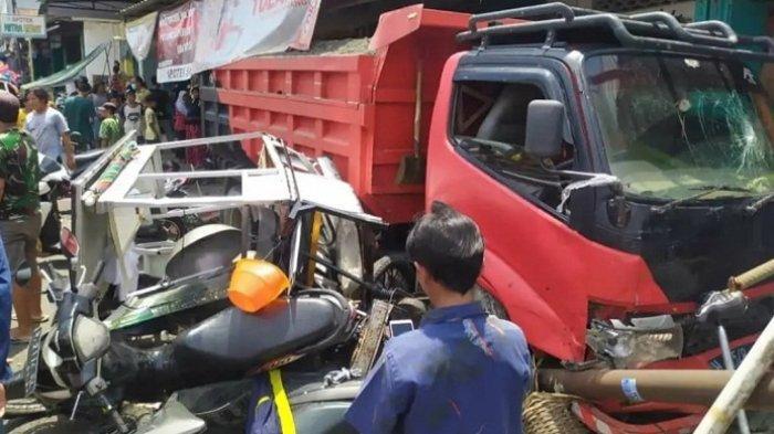 Ditinggal Sopir Tanya Alamat, Truk Meluncur Tabrak 3 Mobil dan 6 Motor di Bobotsari Purbalingga
