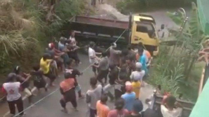 Berbekal Tali Tambang, Puluhan Warga Tawangmangu Karanganyar Evakuasi Truk Bermuatan Pasir Terguling