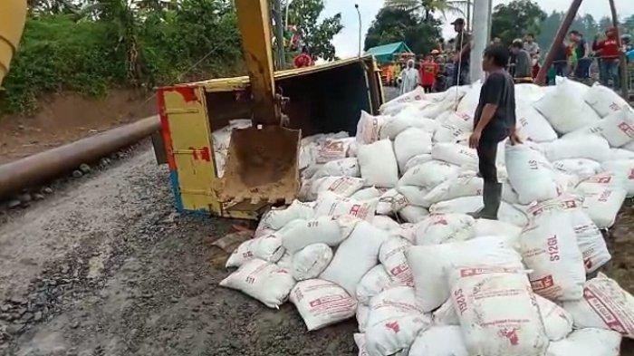 Tergelincir, Truk Bermuatan Sekam Terguling di Titik Jalan Ambles di Jalur Clirit View Tegal