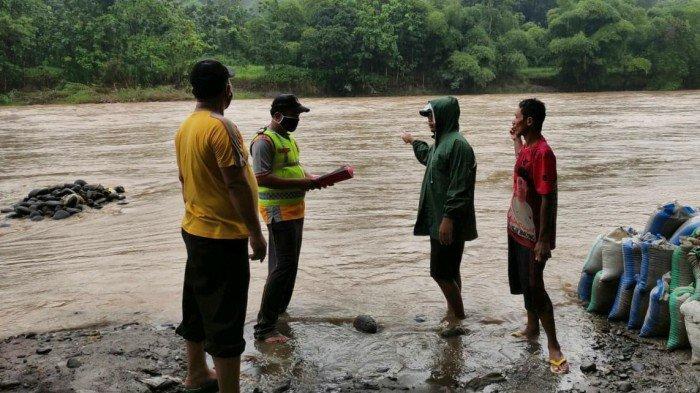 Alami Selip Ban, Truk di Bantaran Sungai Comal Pemalang Akhirnya Terseret Arus Sungai dan Hilang