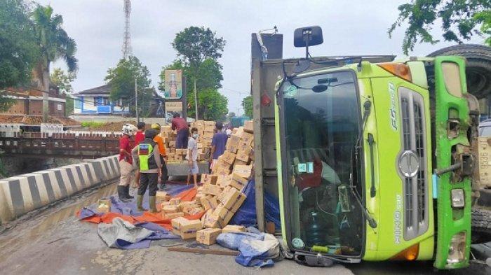 Truk Gandeng Terguling di Jalan Pantura Kendal, Ratusan Kardus Berisi Sabun Cuci Berserakan