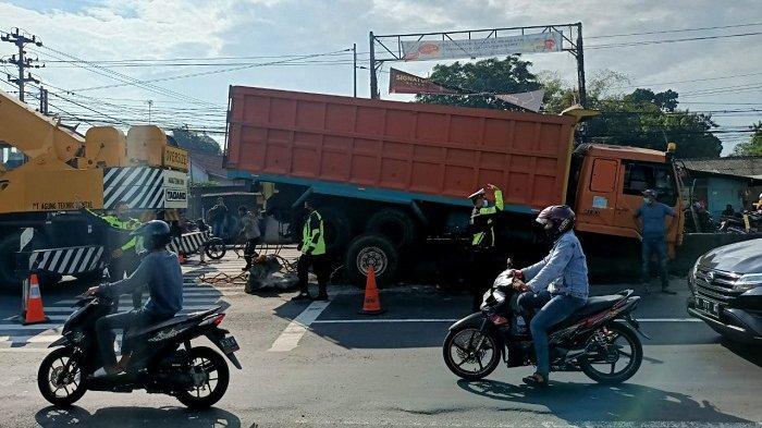 Diduga Sopir Mengantuk, Truk Berakhir Nangkring di Median Jalan Depan Polsek Bergas Semarang