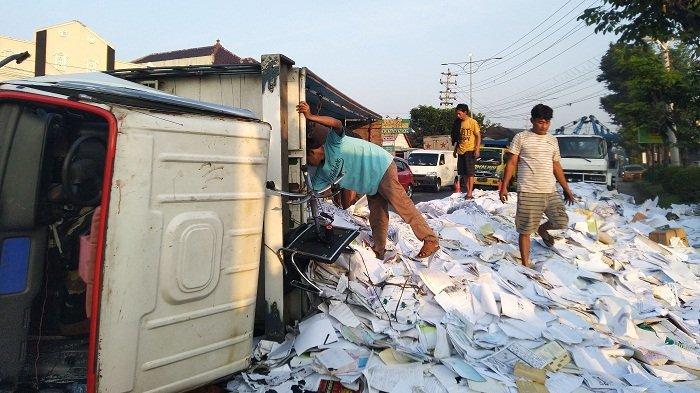 Truk Pengangkut Kertas Terguling di Jalan Pantura Kendal. Tabrak Median Jalan, Dua Ban Depan Copot