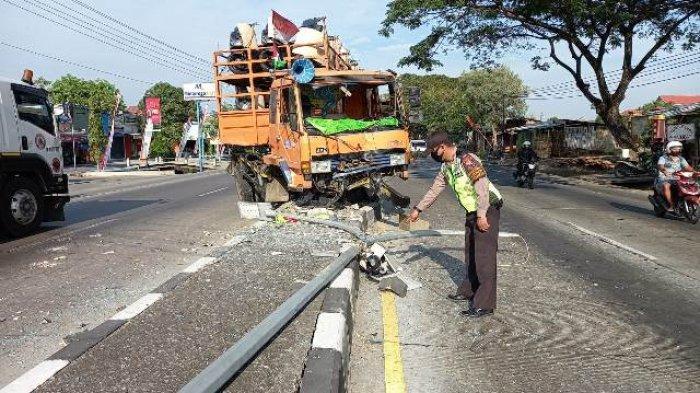 Truk Pengangkut Motor Tabrak Median Jalan di Karanganyar Demak: Bodi Remuk, Kaca Depan Pecah