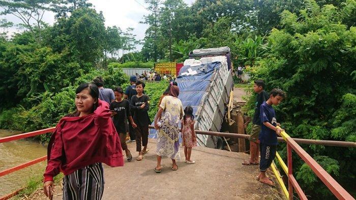 Kecelakaan di Batang, Truk Muatan Bata Ringan Terperosok ke Sungai, Sopir: Saya Ngikuti Google Maps