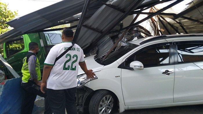 Hilang Kendali, Truk Trailer Tabrak Tempat Cucian dan 2 Mobil di Jalan Pantura Kendal