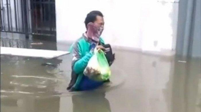 Demi Antar Makanan Pelanggan, Driver Ojek Online di Semarang Ini Rela Jalan Kaki Tembus Banjir