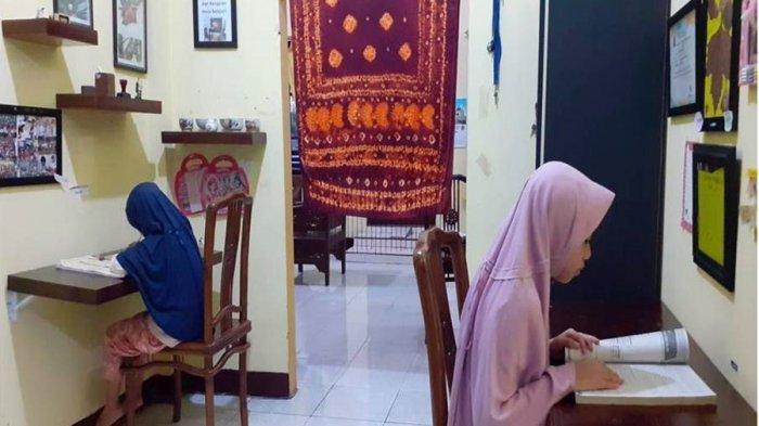 Aktivitas kedua anak Dr Tuswadi, Direktur Politeknik Banjarnegara di rumahnya, Kamis (1/4/2021).