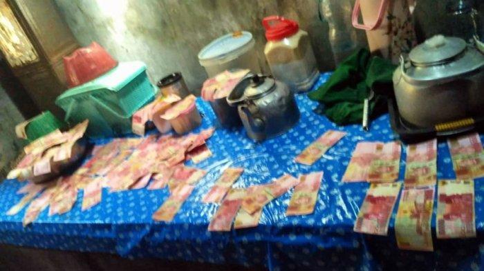 Bentuk fisik uang yang dipungut petani di aliran irigasi persawahan Desa Plumbon, Kecamatan Limpung, Kabupaten Batang, Jumat (20/11/2020)