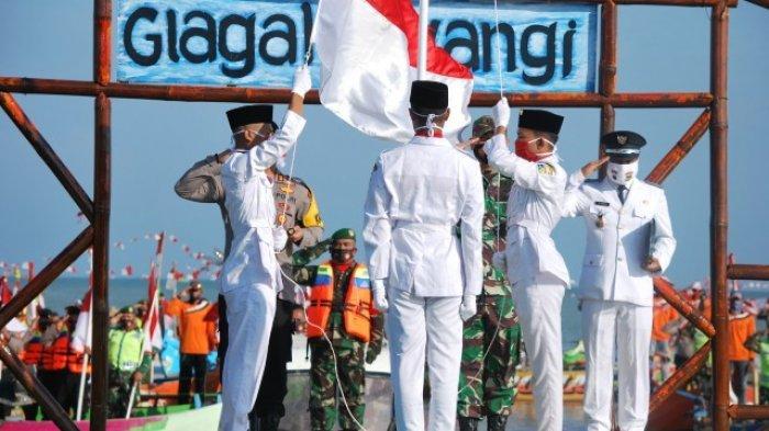 Nelayan, Pelajar, TNI, dan Polri Ikuti Upacara Bendera di Pantai Glagah Wangi Istambul Demak