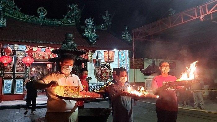 Antar Dewa Dapur ke Nirwana, Umat Kelenteng Tek Hay Kiong Kota Tegal Titip Doa Covid segera Berlalu