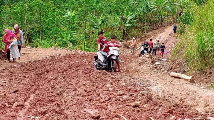 Agar Jalan Bisa Padat, Eko Sumbangkan Puing Rumahnya yang Hancur, Dampak Longsor di Banjarnegara