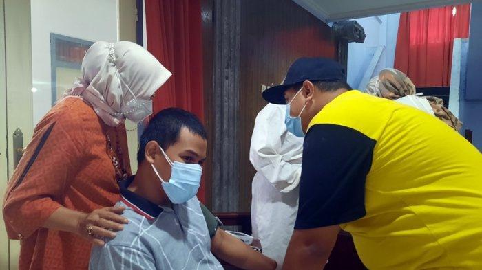 Cerita di Semarang - Biar Mau Disuntik Vaksin, Begini Cara Yayu Rayu Anaknya Penyandang Disabilitas