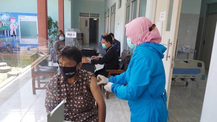 Kami Harus Ngoprak-oprak Mereka Pergi ke Puskesmas, Pelaksanaan Vaksinasi Pedagang Pasar di Tegal