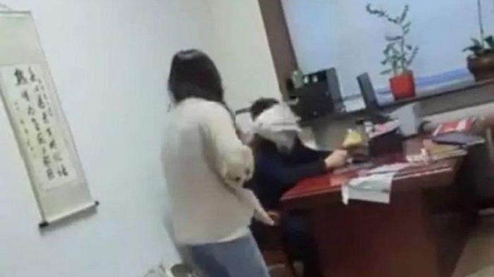 Cerita Karyawati Pukul Bosnya Gunakan Tongkat Pel, Kesal Dikirimi Chat Mesum, Viral di Medsos