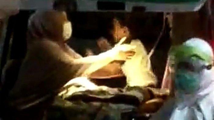 Kisah Video Viral Ibu Peluk Dua Anaknya di Ambulans, Dijemput Petugas Medis Karena Positif Corona