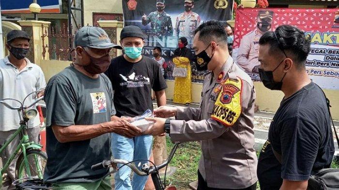 Peringati Hari Pers Nasional, Wartawan dan Polres Tegal Bagikan Masker serta Nasi Ponggol ke Warga