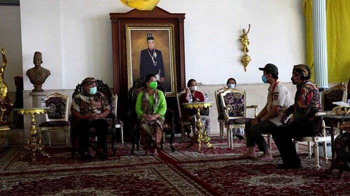 Usai Tinjau Vaksinasi Abdi Keraton Solo, Wali Kota Solo Gibran Dapat Gelar Kanjeng Pangeran