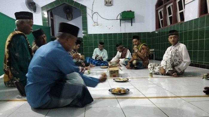 Warga berkumpul setelah tarawih di Musala Baitul Kholiq di Desa Meles, Kecamatan Adimulyo, Kebumen, Selasa (11/5/2021) malam.
