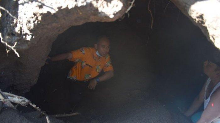 Petugas dari bagian Sejarah dan Kepurbakalaan Dinas Pariwisata Pemuda dan Olahraga Bondowoso mengecek diduga kubur bilik batu peninggalan zaman Megalitikum di lahan milik warga.