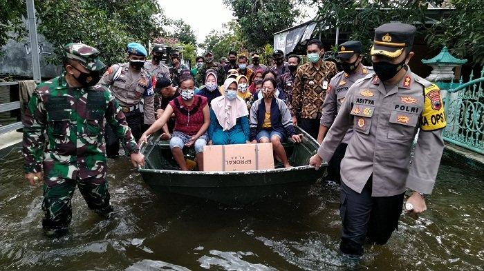 Banjir Makin Tinggi, Warga di Karanganyar Mejobo Kudus Dievakuasi Pakai Perahu ke Pengungsian
