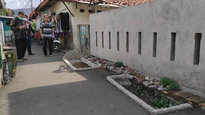 Kisah di Balik Viralnya Makam di Tengah Jalan yang Gagal Dipindahkan