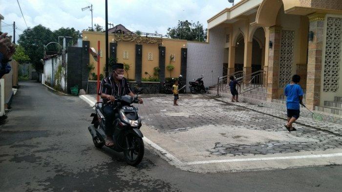 Ulah Pemuda Sebar Sampah di Jumutan Kudus Terekam CCTV, Pemdes Buru Pelaku Berdasar Wajah dan Motor