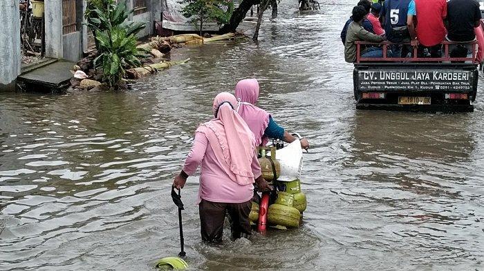 Demi Dapatkan Elpiji Bersubsidi, Emak-emak di Tanjungkarang Kudus Rela Terjang Banjir