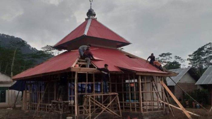 Tak Punya Musala di Huntap, Warga Korban Longsor Bantar Banjarnegara Salat Berjamaah di Rumah Kosong