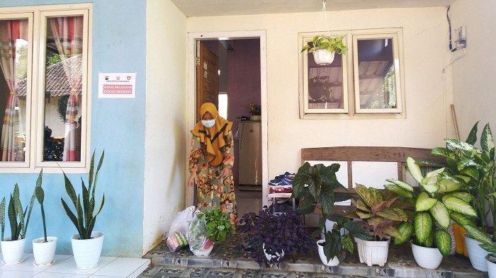 Warga RT 03 RW 05 Desa Ngareanak, Kecamatan Singorojo, Kendal, yang menjalani isolasi mandiri mengambil bahan pokok yang diletakkan Satgas Jaga Tangga di teras rumah, Jumat (28/5/2021).