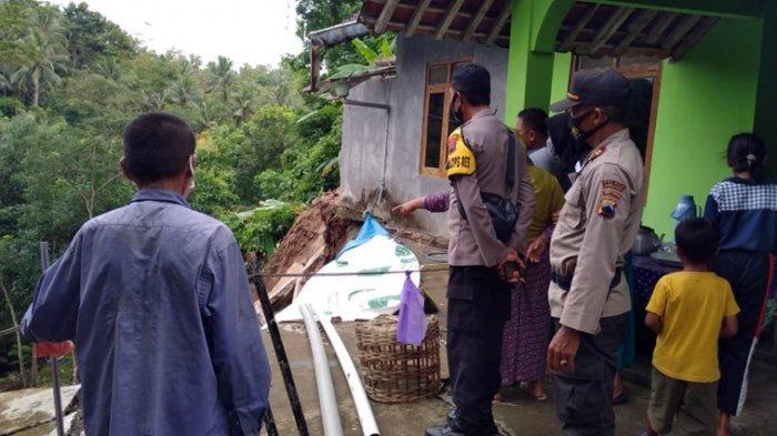 Warga Terdampak Longsor di Padureso, Polres Kebumen Serahkan Bantuan Sembako